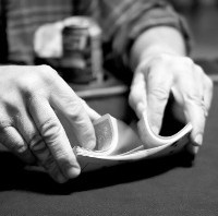 Rapid Riffle Shuffle in a Poker Game - por Todd Klassy (via Flickr)