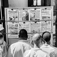 Newspaper reading, por Yoni Lerner (via Flickr)