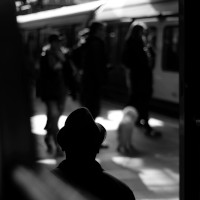 Person standing on train station, por David Sinclair (via Unsplash)